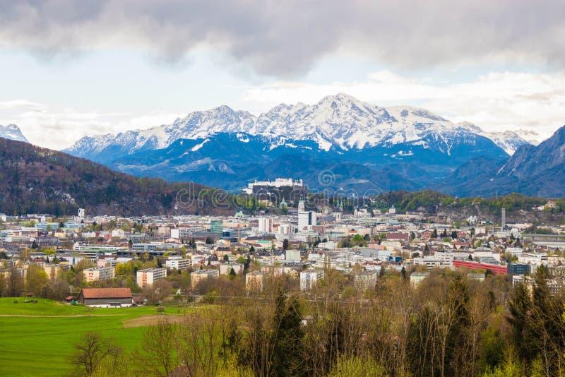 萨尔茨堡和阿尔卑斯美丽的景色从玛丽亚平原在Berghein 免版税图库摄影