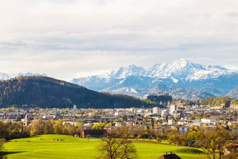 萨尔茨堡和阿尔卑斯美丽的景色从玛丽亚平原在Berghein 免版税库存图片