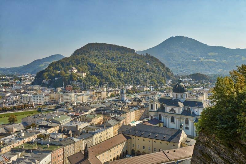 萨尔茨堡在有大教堂的奥地利和山城市的HDR美好的风景视图在背景中 免版税库存图片