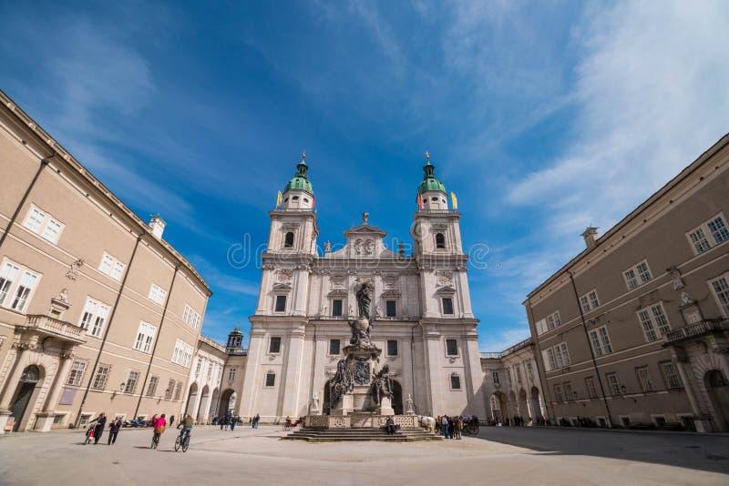 萨尔茨堡大教堂Salzburger Dom和玛丽亚专栏在Domplatz在萨尔茨堡,奥地利摆正 免版税库存照片