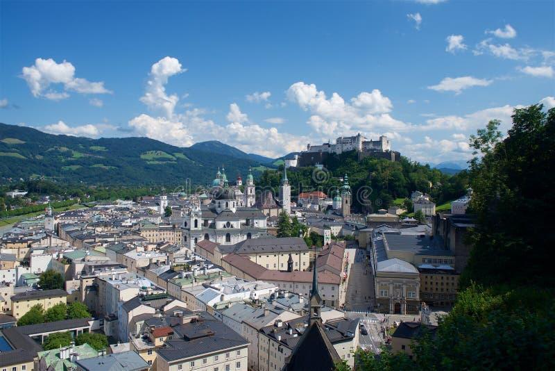 萨尔茨堡有城堡好的天气的市全景 免版税图库摄影