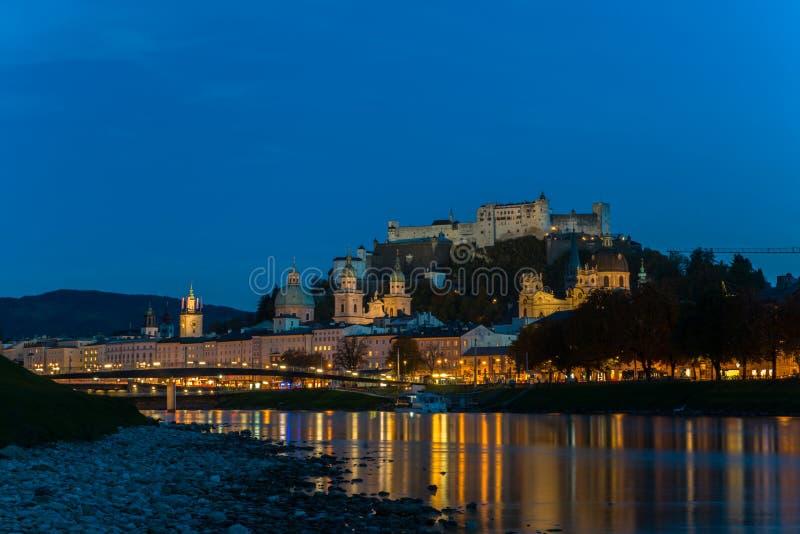 萨尔茨堡老镇,奥地利夜视图  免版税库存图片