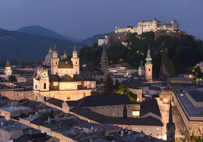 萨尔茨堡都市风景在与堡垒Hohensalzburg,奥地利的晚上 库存照片