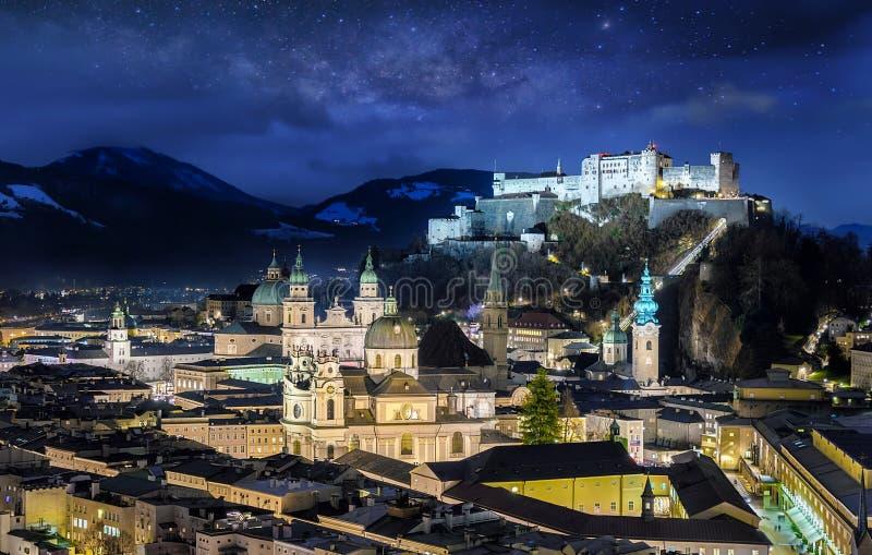 萨尔茨堡,奥地利老镇,在与满天星斗的天空的夜之前 免版税库存图片
