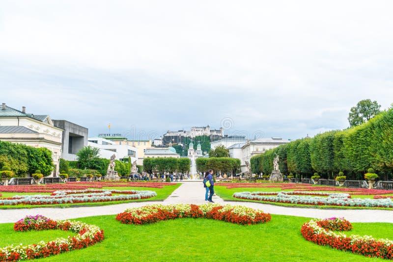 萨尔茨堡,奥地利- 2018年8月30日:走在米拉贝尔宫和庭院附近的游人 库存照片