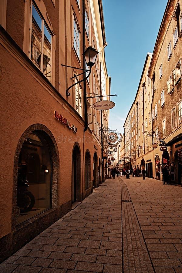 萨尔茨堡,奥地利- 2018年9月11日:Getreidegasse的-著名购物的街道旅游人在萨尔茨堡老镇 免版税库存照片
