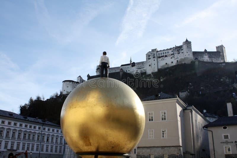 萨尔茨堡,奥地利 正方形,堡垒 金球纪念碑 免版税图库摄影
