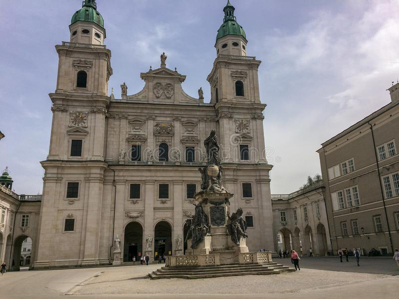 萨尔茨堡,Salzburgerland/奥地利- 2016年4月5日:Salzburger Dom大教堂和纪念碑 免版税库存图片