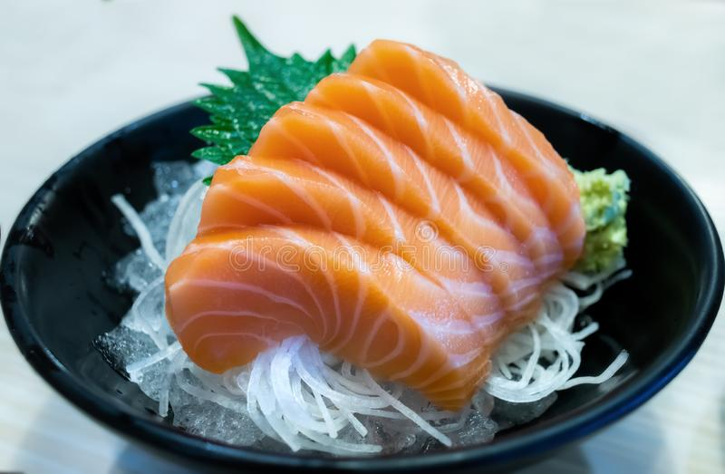 萨尔蒙德在日本风格设置的生鱼片裁减 免版税图库摄影