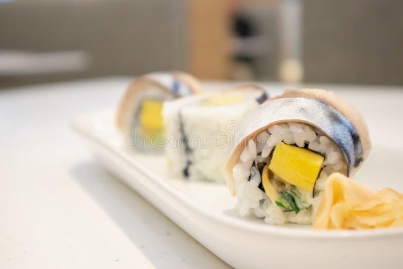 萨巴在板材的寿司卷 库存图片