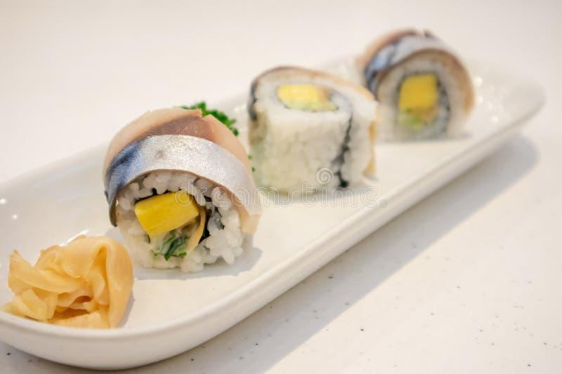 萨巴在板材的寿司卷 库存照片