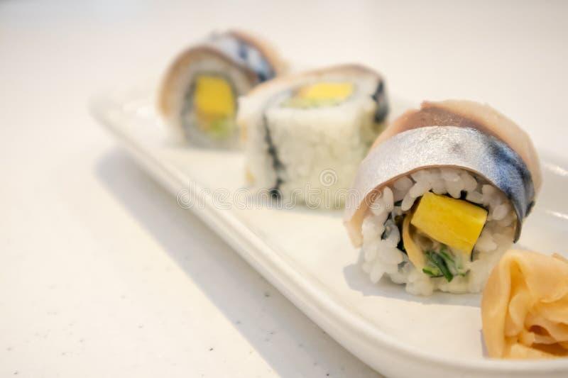 萨巴在板材的寿司卷 免版税库存图片