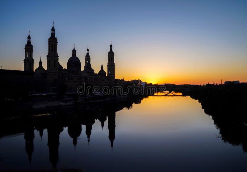 萨拉戈萨日落时圣柱圣母圣殿 免版税图库摄影
