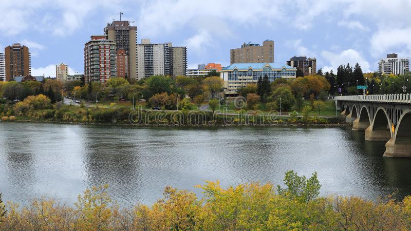 萨斯卡通,加拿大河上市中心 免版税库存照片