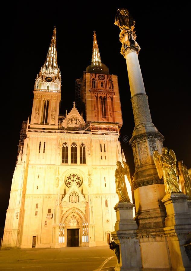 萨格勒布大教堂在晚上在萨格勒布,克罗地亚 库存图片