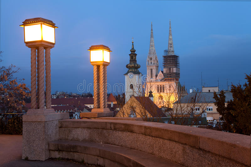 萨格勒布大教堂的夜视图 库存照片