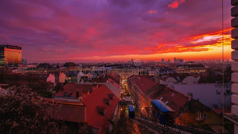 萨格勒布市, Z日落全景从Strossmayer散步的 库存图片