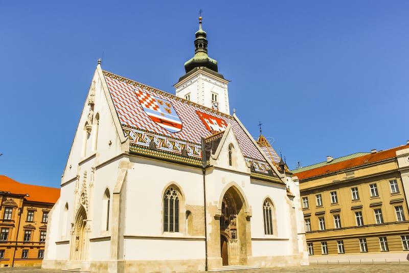 萨格勒布,克罗地亚- 2013年:圣马克的教会-它五颜六色的瓦屋顶,在1880年修建,有中世纪徽章克罗地亚的, 库存照片