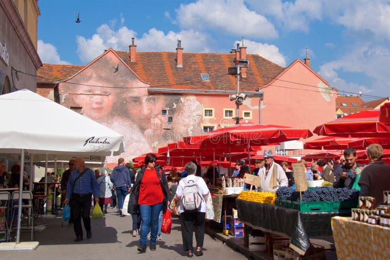 萨格勒布,克罗地亚- 2017年10月:购物在Dolac市场上的人们在萨格勒布,克罗地亚上部镇  图库摄影