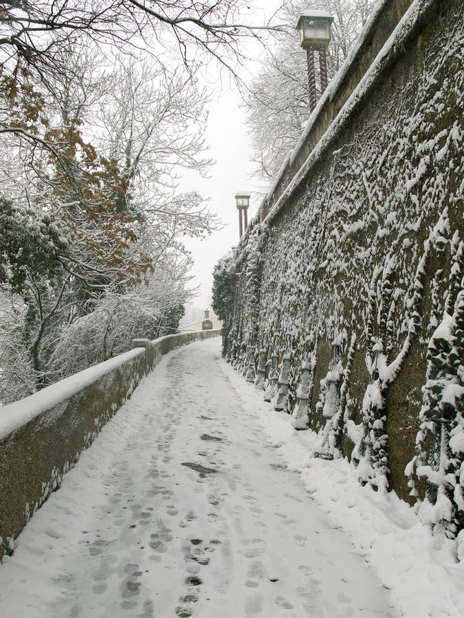 萨格勒布,克罗地亚- 2015年2月:积雪的道路和步在萨格勒布的老部分 免版税库存图片