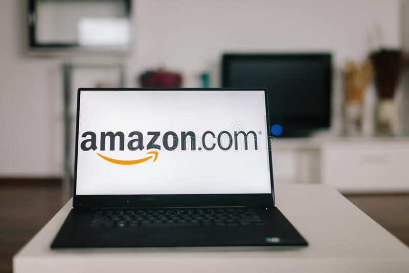 萨格勒布,克罗地亚- 2015年12月20日:在现代膝上型计算机屏幕上的亚马逊商标 亚马逊是美国电子商务和云彩comp 图库摄影