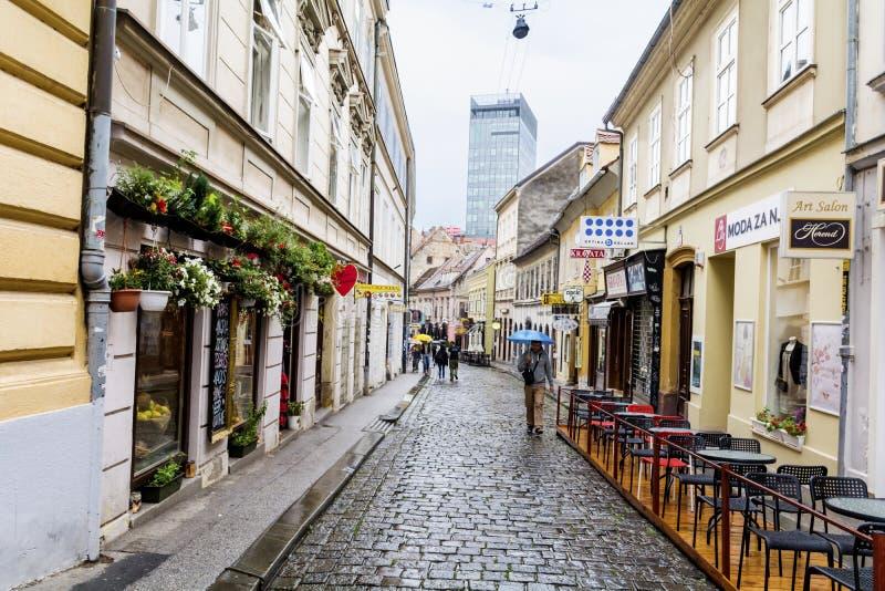 萨格勒布,克罗地亚-有古色古香的大厦的典型的大街在克罗地亚 免版税库存图片