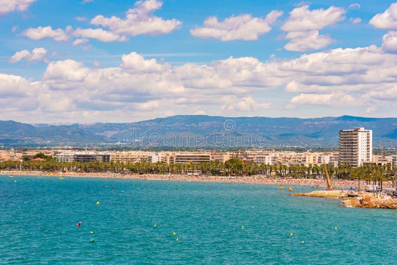 萨洛角,西班牙- 2017年6月6日:海岸线肋前缘Dorada,主要海滩在萨洛角,塔拉贡纳, Catalunya,西班牙 复制文本的空间 免版税库存照片