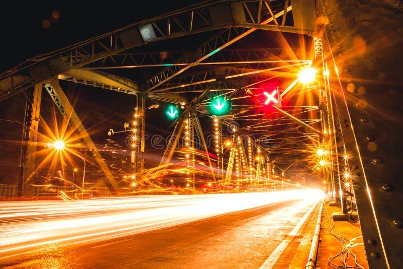 萨潘Phut纪念桥梁-夜场面桥梁光尾巴泰国曼谷地标 免版税库存照片