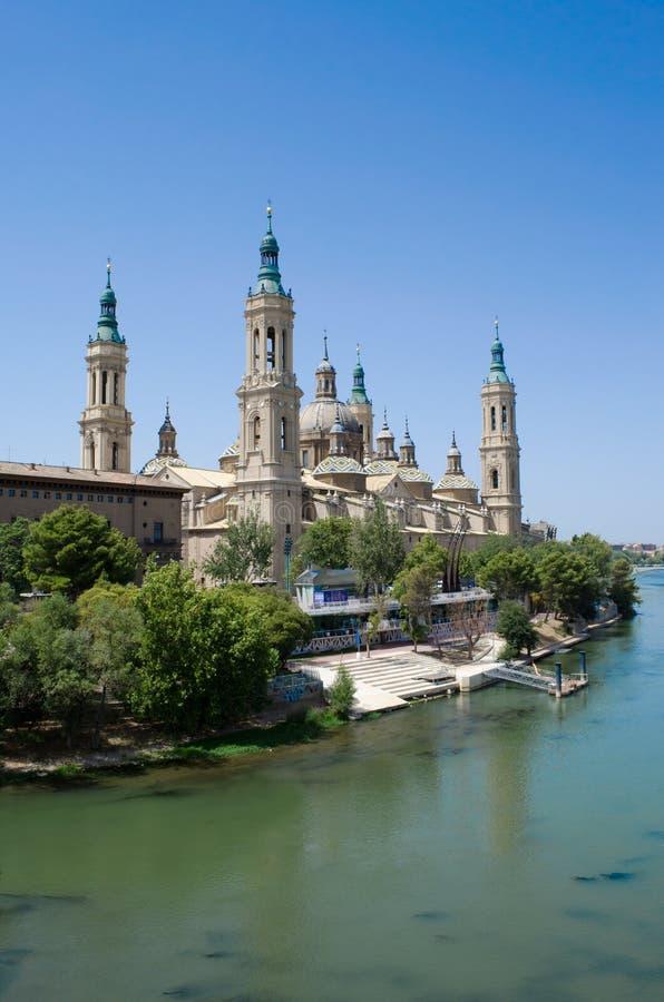 萨瓦格萨大教堂和河Ebro 免版税库存照片