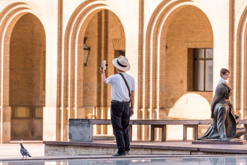 萨瓦格萨,西班牙- 2017年9月27日:毛发的正方形的游人 复制文本的空间 免版税库存照片