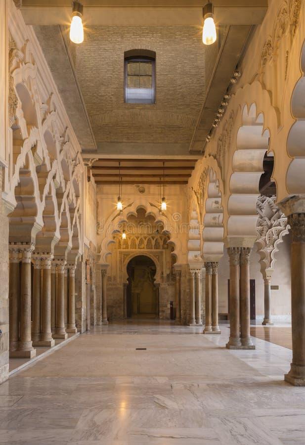 萨瓦格萨,西班牙- 2018年3月2日:La Aljaferia宫殿-北部轮胎的逗留大厅,有对金黄霍尔的三倍通入的 免版税库存图片