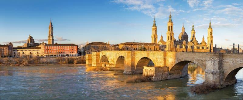 萨瓦格萨-有桥梁的普恩特de彼德拉和Basilica在早晨光的del Pilar全景 免版税库存图片