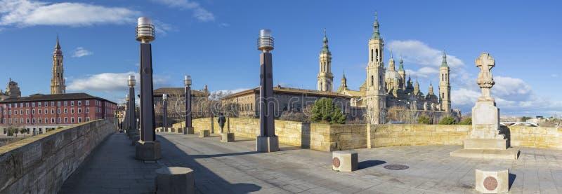 萨瓦格萨-有桥梁的普恩特de彼德拉和Basilica在早晨光的del Pilar全景 库存照片