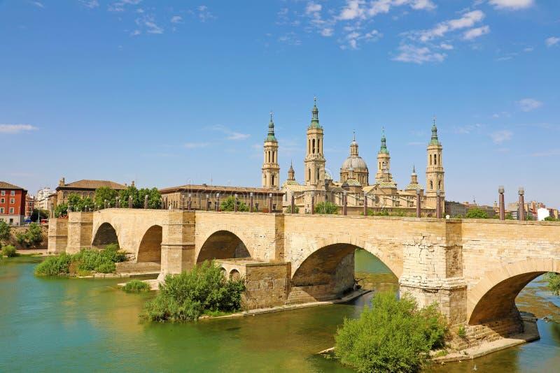 萨瓦格萨-有桥梁的普恩特de彼德拉和Cathedral Basilica del Pilar全景 免版税库存照片