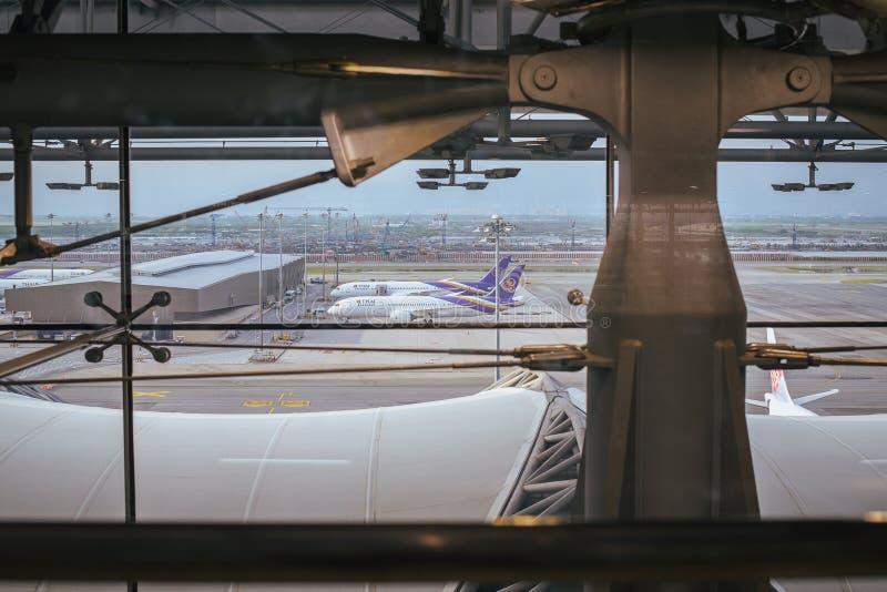 萨穆特PRAKAN,泰国- 10月24,2017 :素万那普国际机场独特的设计,机场主楼内部看法  库存照片