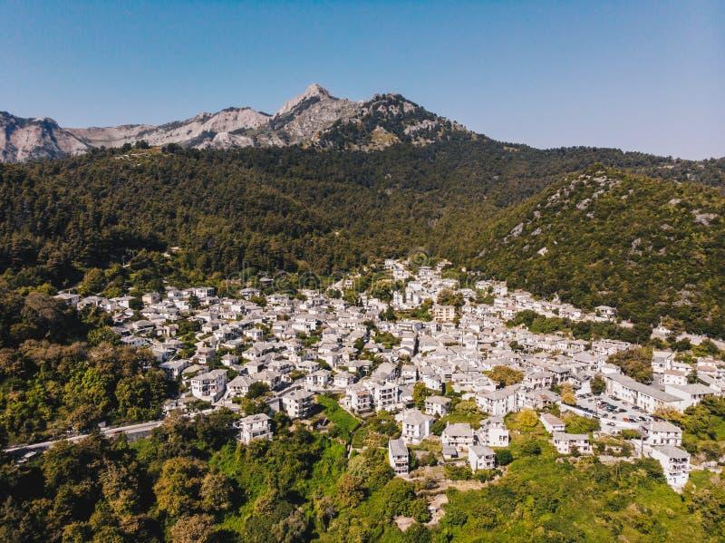 萨索斯岛帕纳贾海岛小镇在海岛中间的,当房屋涂料在白色和石屋顶,传统希腊语 免版税库存照片