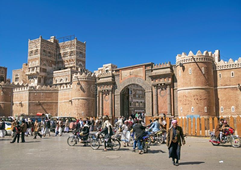 萨纳老镇拥挤的街在也门 库存图片