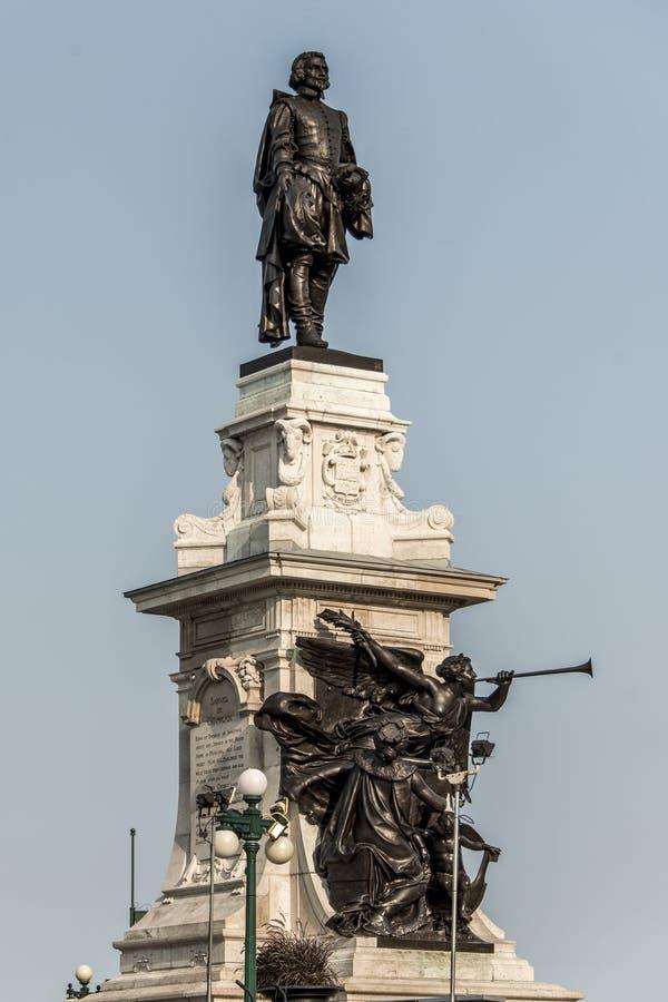 萨缪尔・德・尚普兰雕象反对蓝色夏天天空的在魁北克市,加拿大的历史的区域创建者 免版税图库摄影