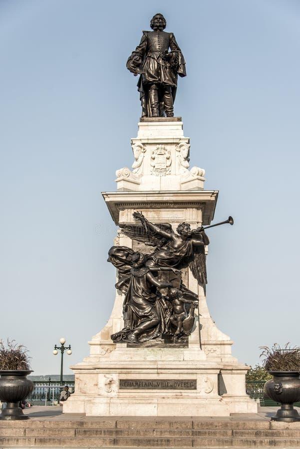 萨缪尔・德・尚普兰雕象反对蓝色夏天天空的在魁北克市,加拿大的历史的区域创建者 库存图片