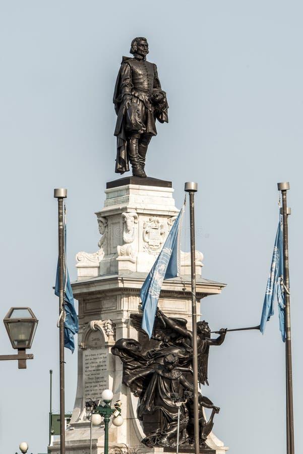 萨缪尔・德・尚普兰雕象反对蓝色夏天天空的在魁北克市,加拿大的历史的区域创建者 免版税库存图片