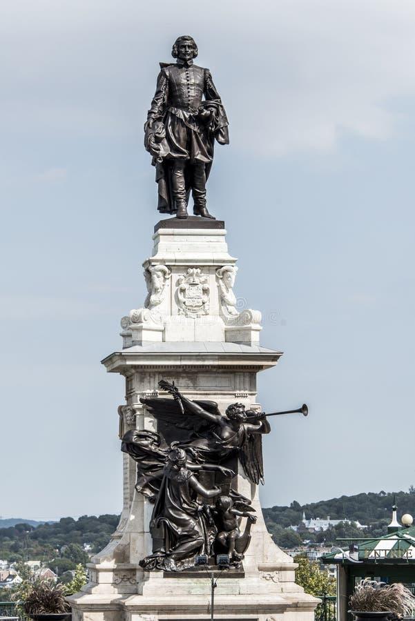 萨缪尔・德・尚普兰雕象反对蓝色夏天天空的在魁北克市,加拿大的历史的区域创建者 库存照片