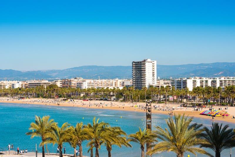 萨洛角,塔拉贡纳,西班牙- 2017年4月24日:海岸线肋前缘Dorada,主要海滩在萨洛角 蓝天 复制空间 图库摄影