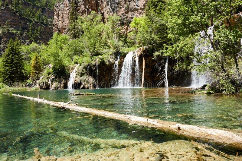 落下在一个岩石壁架的新鲜的河水 库存图片