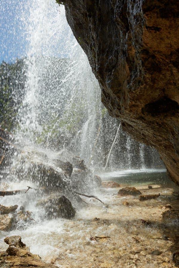 落下在岩石峭壁的垂悬的秋天 图库摄影