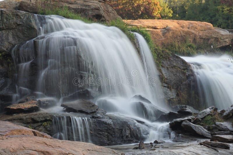 落下在岩石的行动被弄脏的瀑布 免版税库存图片