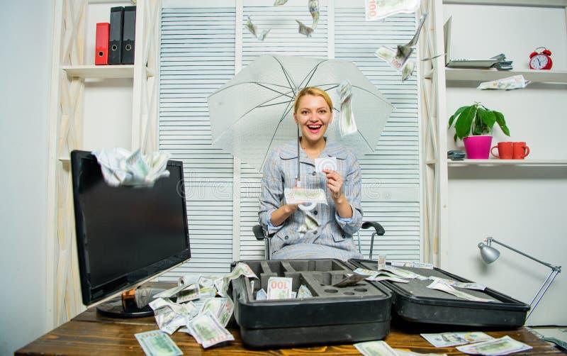 落从天花板的金钱 妇女企业夫人或会计在伞下 美元财务女孩暂挂装箱乐趣成功 有堆的会计 库存照片