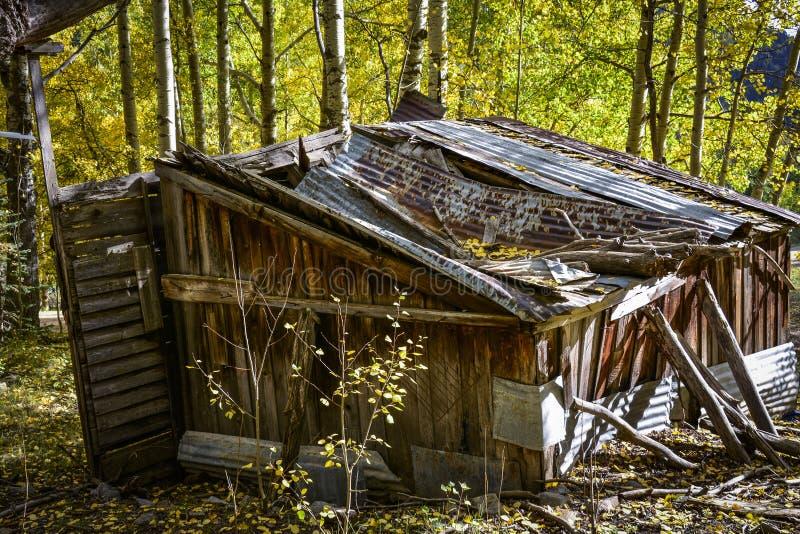 落分开在山的老大厦在秋天 库存照片