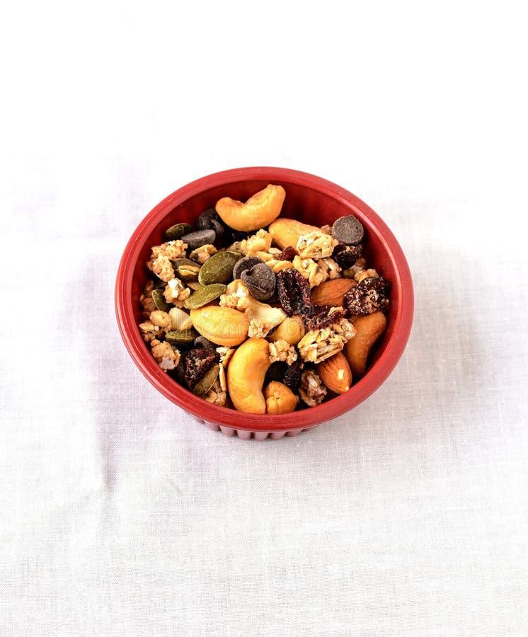落后干果子和巧克力片的混合 免版税库存图片