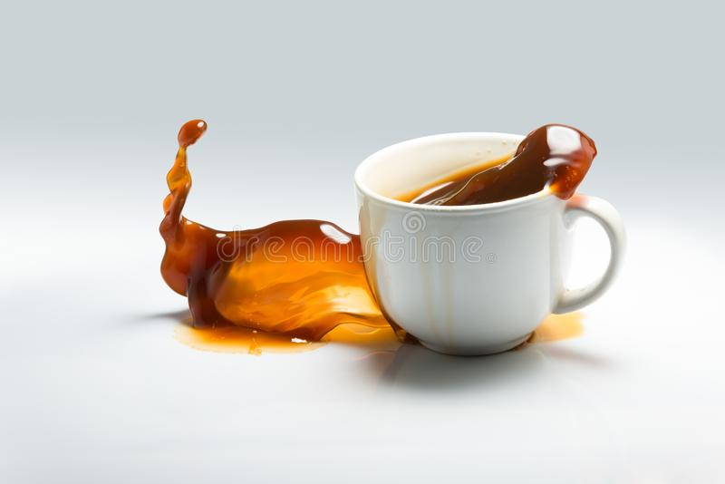落和溢出一杯咖啡 库存图片