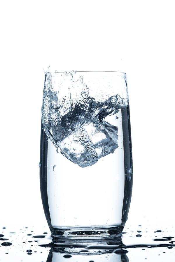 落在一杯的冰块水飞溅 免版税库存图片